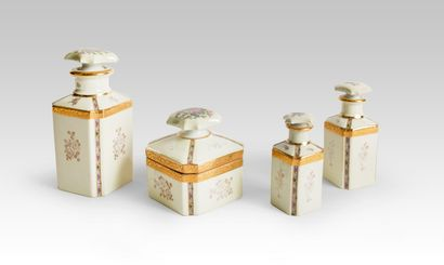 Limoges Quatre flacons à décor floral Porcelaine...