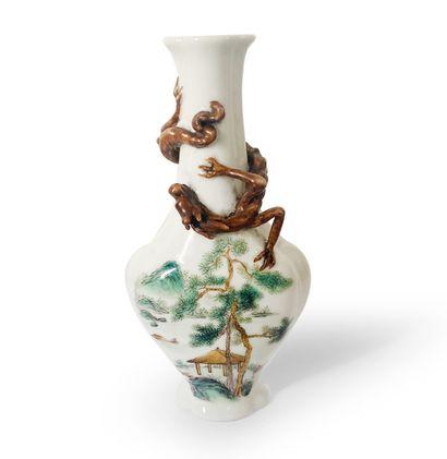 CHINE. Flacon tabatière en porcelaine polychrome...