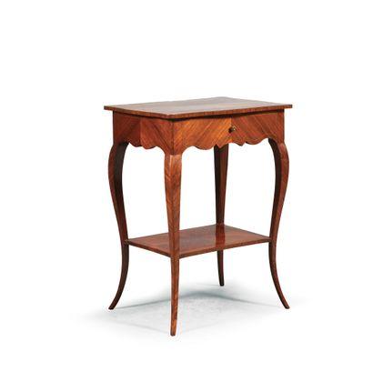 TABLE DE SALON en placage de bois disposé...