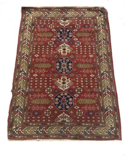Tapis caucase en laine à décor géométrique...