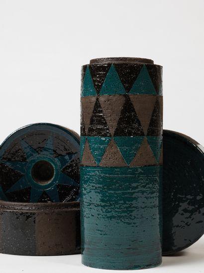 INGER PERSSON (XXE SIÈCLE) Vase, bougeoir et boite, vers 1970 Terre chamottée brune,...