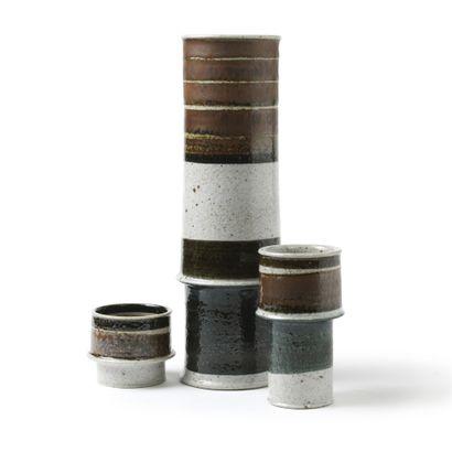 INGER PERSSON (XXE SIÈCLE) Ensemble de 3 vases, vers 1970 Terre Chamottée Émail brun...