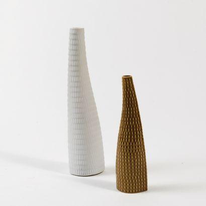 STIG LINDBERG (1916-1982) Modèle «Reptile» Ensemble de 2 vases, 1953 Émail blanc...