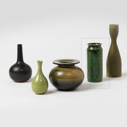 Carl Harry STALHANE (1920-1990) Vase cylindrique, vers 1950 Émail vert jaspé noir...