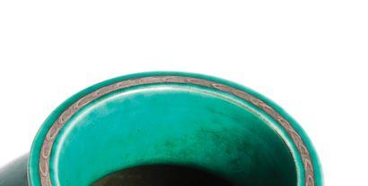 WILHEM KAGE (1889-1960) Série Argenta Vase, vers 1940 Émail vert et décor peint argent...