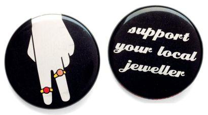 Support your local jeweller, 2008 Badge Métal, acier inoxidable, mylar Ø_38 mm BENJAMIN...