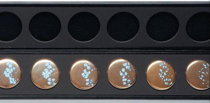 La disparition, saison 1, 2010 Set de 14 badges Acier, or, peinture industrielle,...