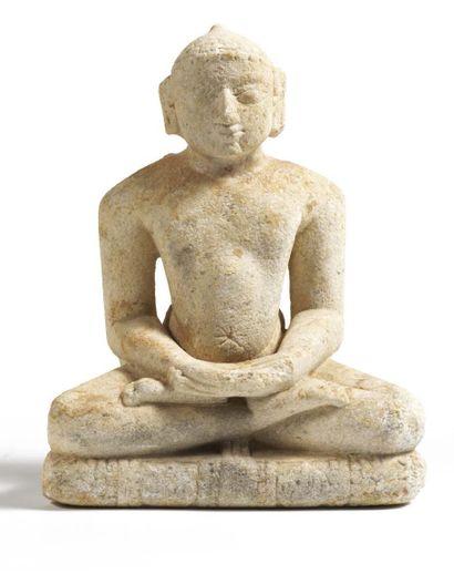 STATUETTE DE JAÏN en calcaire, assis en padmasana,...