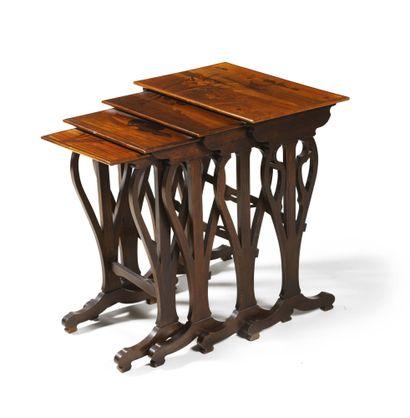 SUITE DE QUATRE TABLES GIGOGNES en hêtre...