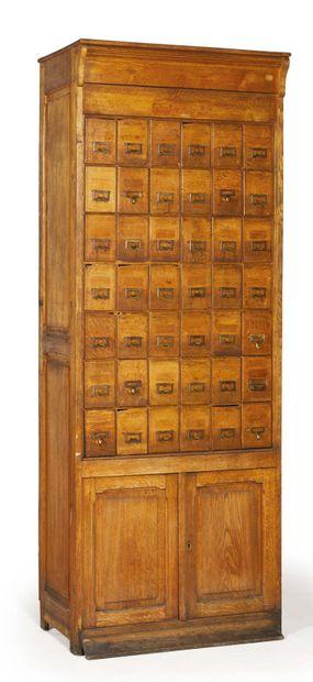 CASIER en bois naturel comprenant 42 tiroirs...