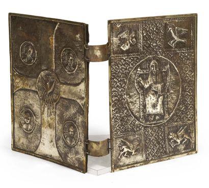 COUVERTURE DE BIBLE en argent à décor ciselé...