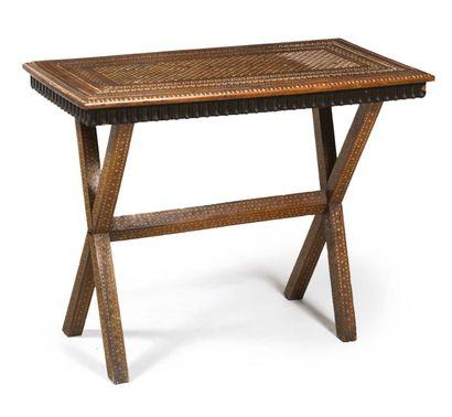 TABLE en noyer à décor d'incrustations géométriques...