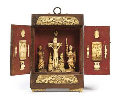 PETIT RETABLE en bois, ivoire et os gravés. Façade décorée de deux plaques à décor...