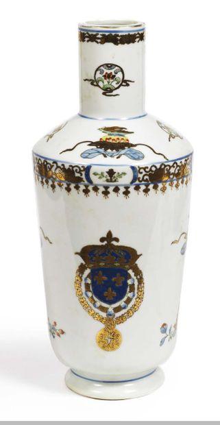 VASE en porcelaine à col rétréci, à décor polychrome dans le goût de la Compagnie...