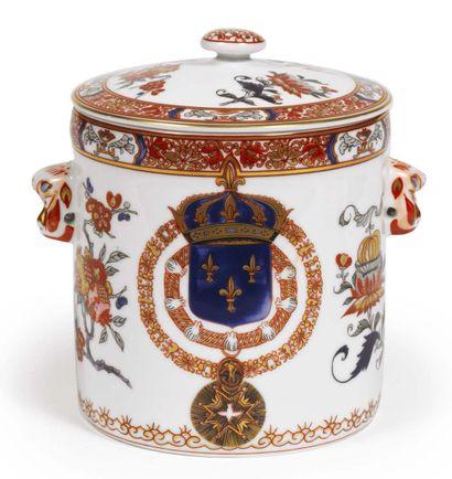 POT COUVERT cylindrique en porcelaine à décor...