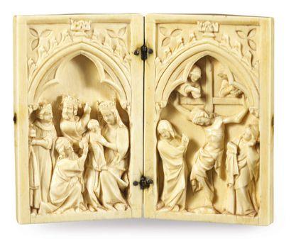 DIPTYQUE en ivoire sculpté en bas-relief, représentant sous une arcature trilobée...