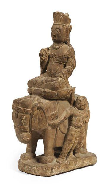 GROUPE EN GRÈS GRIS. samantabhadra assise en padmasana sur un socle en forme de...
