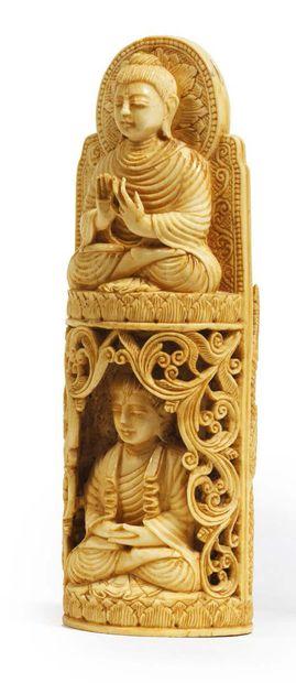 ORNEMENT en ivoire, sur une face bouddha debout sur un socle en forme de lotus,...