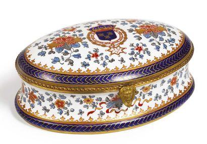 COFFRET ovale en porcelaine s'ouvrant à charnière,...
