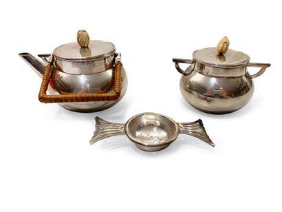 AUCOC. Partie de service à thé égoïste en argent comprenant une théière et un sucrier...