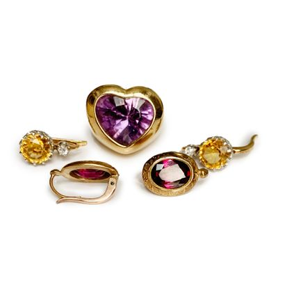 Lot comprising two pairs of sleepers and a cordial ring in 18K (750) yellow gold...