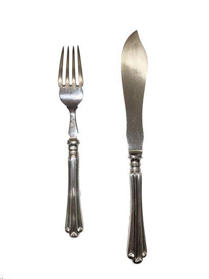 Service à poissons en métal argenté comprenant 18 couteaux et 18 fourchettes à manches...
