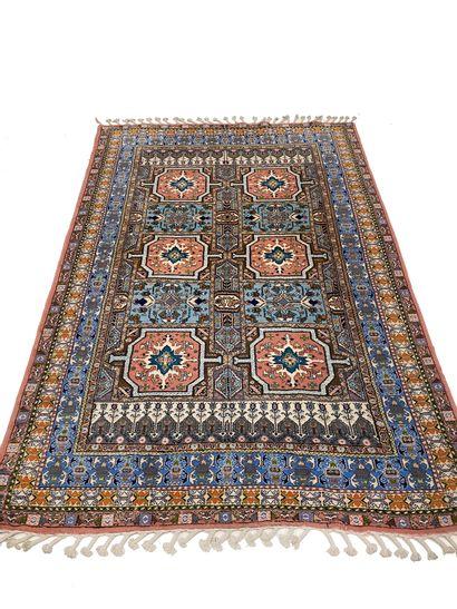 Tapis Tunisie en laine au décor géométrique...
