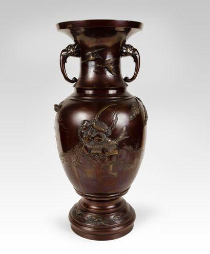 Japon. Vase à décor de personnages en bronze...