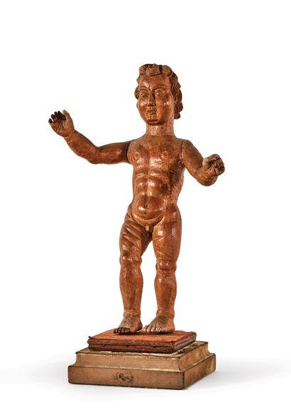 ENFANT JÉSUS en bois sculpté. Il se tient...
