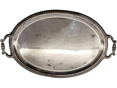 Grand plat ovale en argent à bordure de frise...