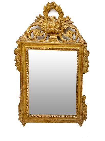 Miroir En bois doré, le fronton ajouré d'un...