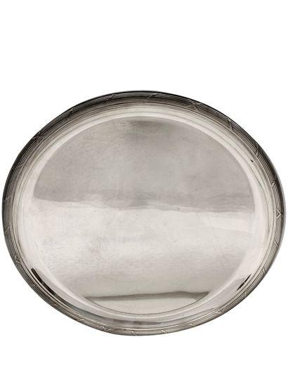 Christofle. Grand plat rond en métal argenté à bordure de filets rubans. D_38 c...