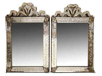 Paire de miroirs vénitiens à parecloses....