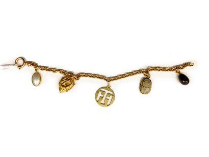 Bracelet en or jaune 18K (750) orné de cinq breloques serties d'intaille, de nacre,...
