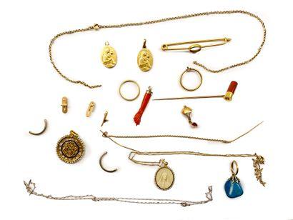 Lot d'or 18K (750) et bris d'or comprenant...