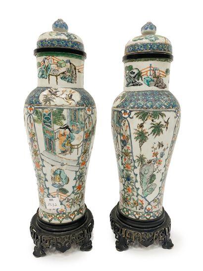 Chine Paire de vases couverts en porcelaine...