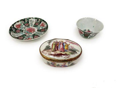 Lot comprenant une boite ovale en porcelaine...