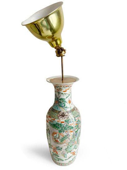 CHINE Vase de forme balustre monté en lampe...