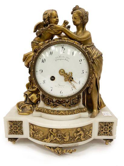 Pendule En bronze doré et marbre blanc, le...