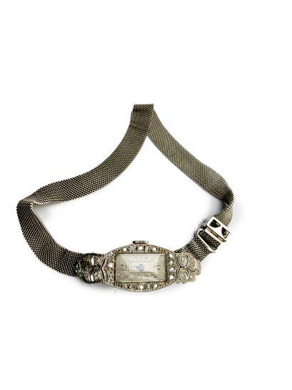 Montre de dame en or gris 18K (750) sertie de diamants 8/8. Travail français des...