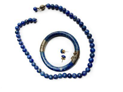Ensemble en lapis lazuli comprenant un collier (accidenté) un bracelet jonc et une...