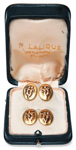 RENÉ LALIQUE (1860-1945) Rare paire de boutons de manchette de forme ovale en or...