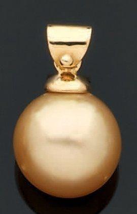 PENDENTIF en or jaune retenant une perle...
