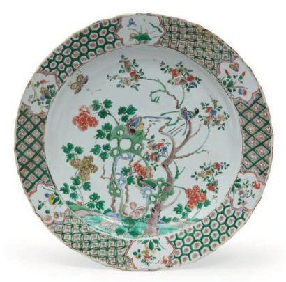 PLAT en porcelaine décorée en émaux polychromes...