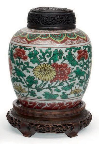 POT de forme balustre en porcelaine décorée...