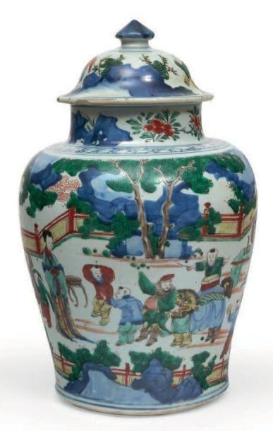 POTICHE de forme balustre en porcelaine décorée...