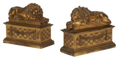 PAIRE DE SERRE-PAPIERS en bronze doré à décor...