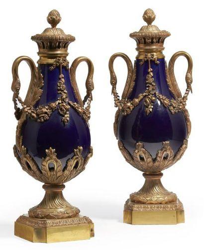 PAIRE DE VASES en porcelaine bleue, la monture...