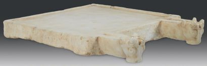 TABLE À LIBATIONS. Table d'autel quadrangulaire,...