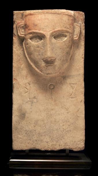 STÈLE ICONIQUE. Stèle rectangulaire sculptée...